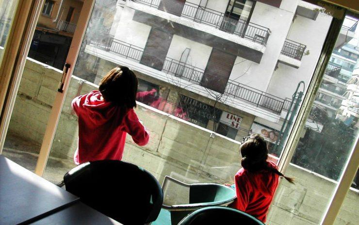Kinder im City Plaza Athen schauen aus dem Fenster