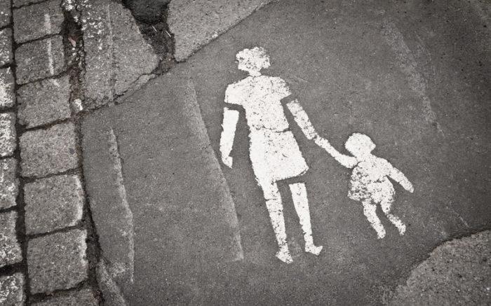 Piktogramm Mutter mit Kind auf Straßenpflaster