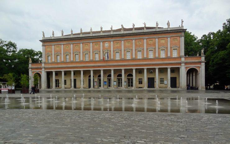 Das Theater der Stadt mit einem Springbrunnen davor.