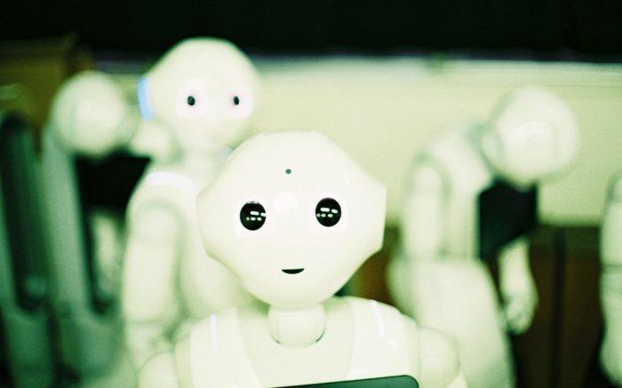 Künstliche Intelligenz wird oft mit Robotern gleichgesetzt. Eben jene sind dargestellt.