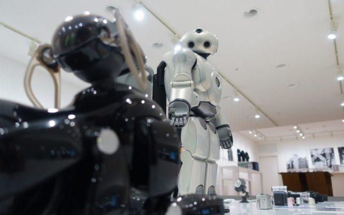 Zwei Roboter stehen nebeneinander.