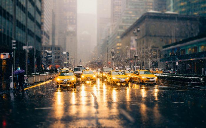 Vier Taxis an einer Straßenkreuzung in New York.