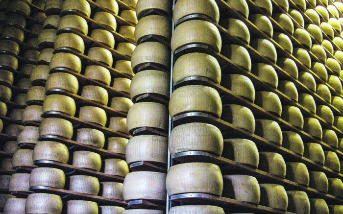 Parmesan-Käse Laiber in einer Genossenschaft in Reggio Emilia.