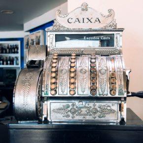 Eine Kasse in einem Café