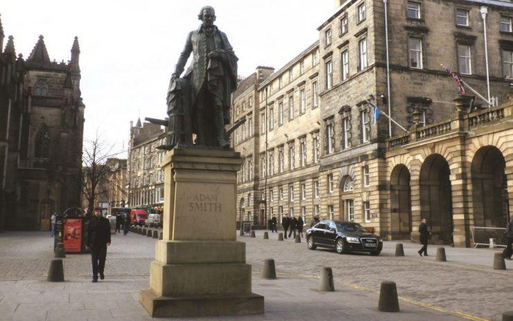 Statue von Adam Smith im Hintergrund Häuser.