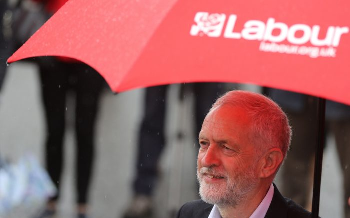 Jeremy Corbyn unter rotem Regenschirm