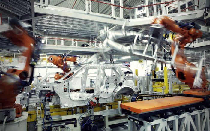 Ein Auto wird in einer Fabrik von Robotern produziert.
