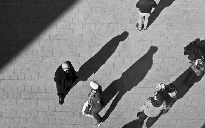Menschen auf der Straße, von oben fotografiert, Schatten