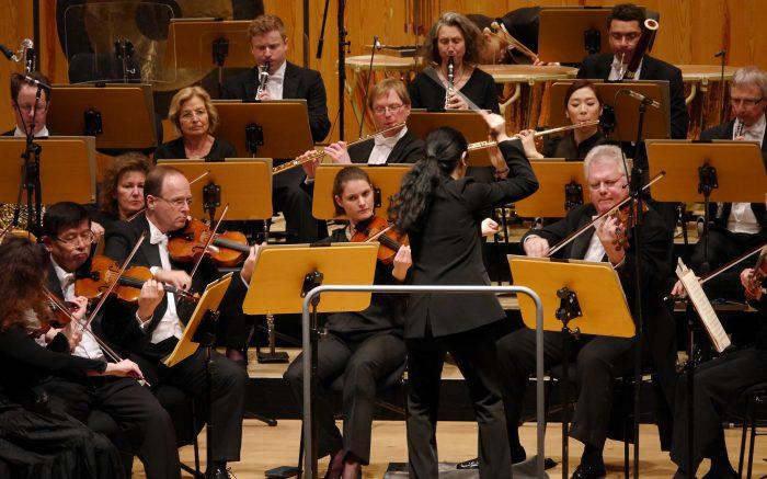 Dirigentin vor Orchester