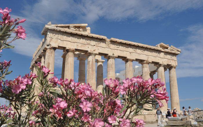 Oleanderblüten vor Tempel als Synonym gegen Spardiktat