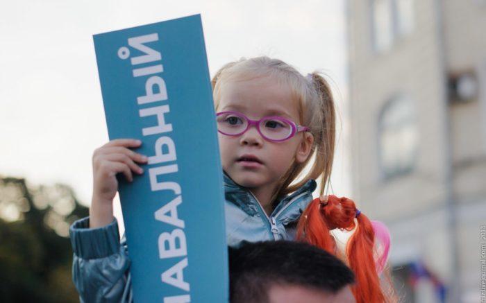 Mädchen mit Schild, Demo russische Opposition