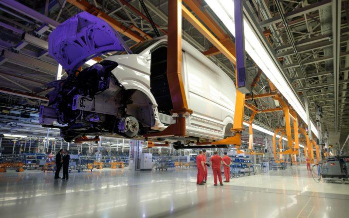 Der Korpus eines VW-Transportes in einer Produktionshalle.