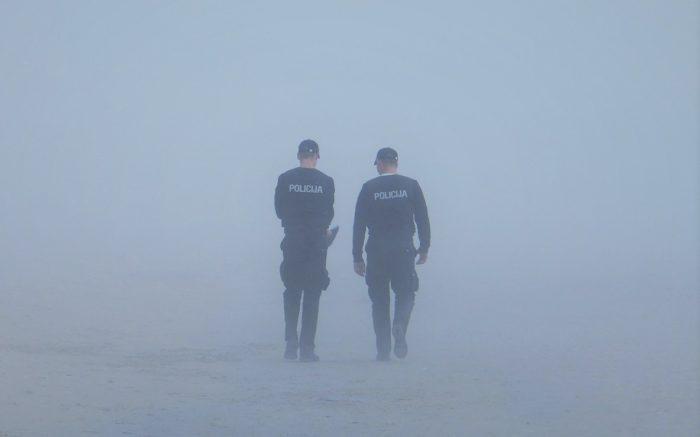 Zwei Polizisten patrollieren im Nebel