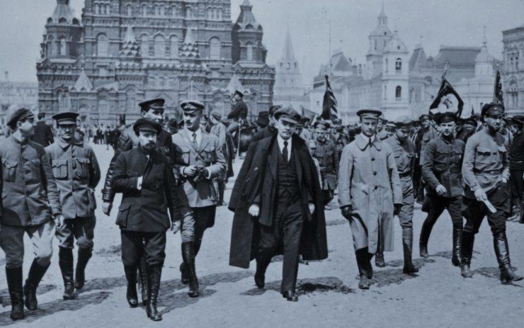 Planwirtschaft in Bewegung: Lenin schreitet über den Roten Platz, der zuvor auch als Markt benutzt wurde
