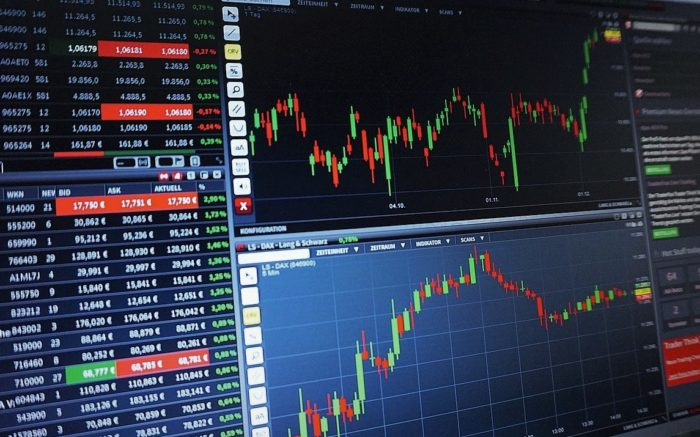 Auf einem Bildschirm werden Aktien-Kurse von Tech-Konzerne angezeigt