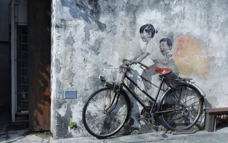 Keine Grenzkontrolle: Ein Graffiti zeigt Kinder die auf einem Fahrrad sitzen.