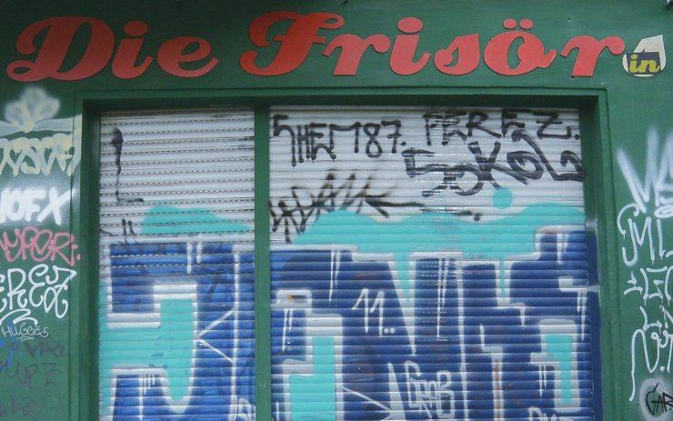 Frisör im Lockdown: Die Rolladen sind geschlossen und mit Graffiti bemalt