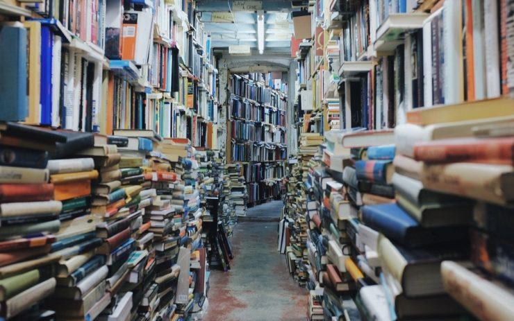 Bücher sind Bildung: Ein Gang mit sehr vielen Bücherstapeln