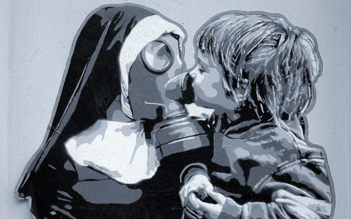 Keine Lockerungen in Sicht: Eine Nonne mit Gasmaske hält ein Kind auf dem Arm