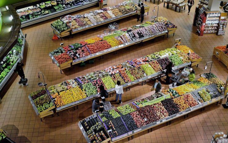 Im Supermarkt merkt man die Inflation am Meisten: Die Obstabteilung mit verschiedenen Ständen