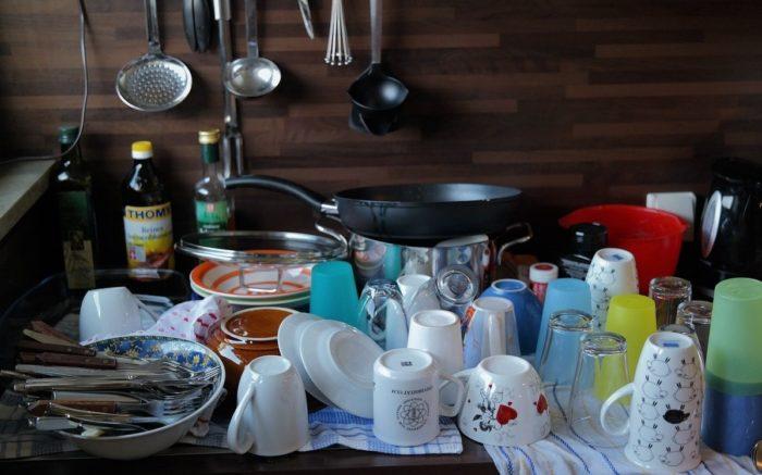 Spülen ist auch Reproduktion: Eine Menge Geschirr beim Abtropfen