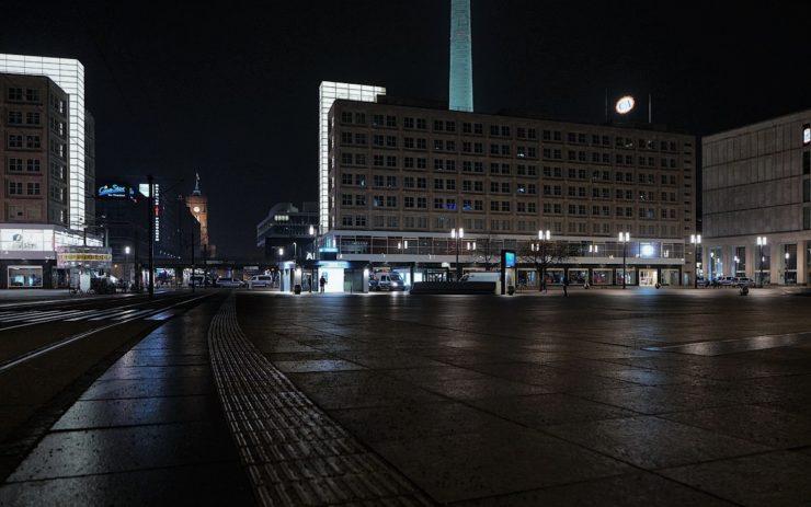 Zentraler Platz der DDR: Der leere Alexanderplatz bei Nacht