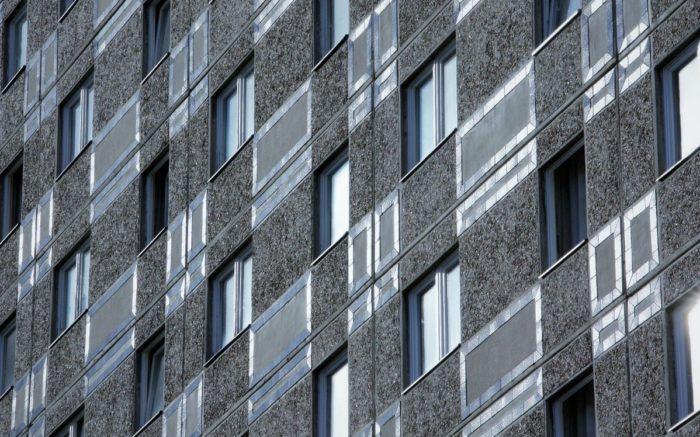Die eintönigen Fassaden der Plattenbauten zeigen die fehlende Bodenpolitik