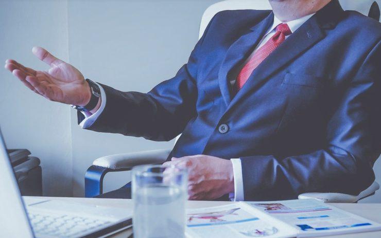 Gewalt hat auch etwas mit Machtverhältnissen zu tun: Ein Mann im Anzug sitzt bei einer Besprechung