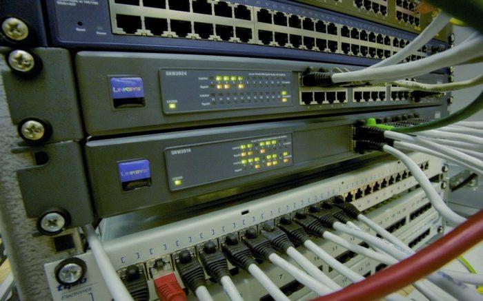 Essenziell für die Planwirtschaft: ein Server ist mit vielen Kabeln an ein Netzwerk angeschlossen