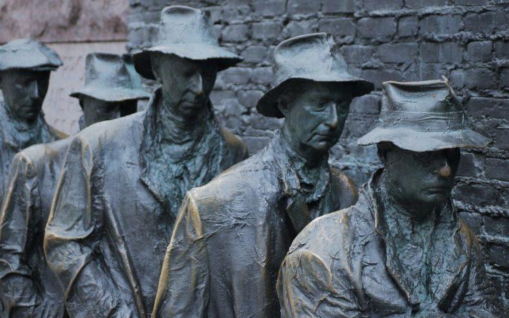 Eine Bronzeskulptur zeigt Arbeitslose in der Schlange vorm Arbeitsamt