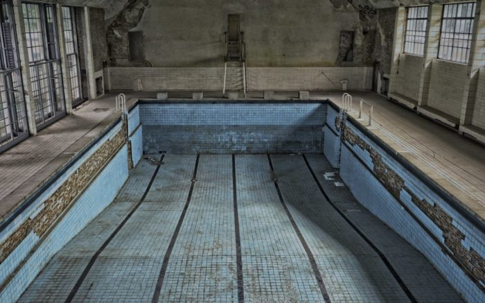 Ein leeres, heruntergekommenes Schwimmbad. Ein Symbol für schlechte Infrastruktur auf dem Land
