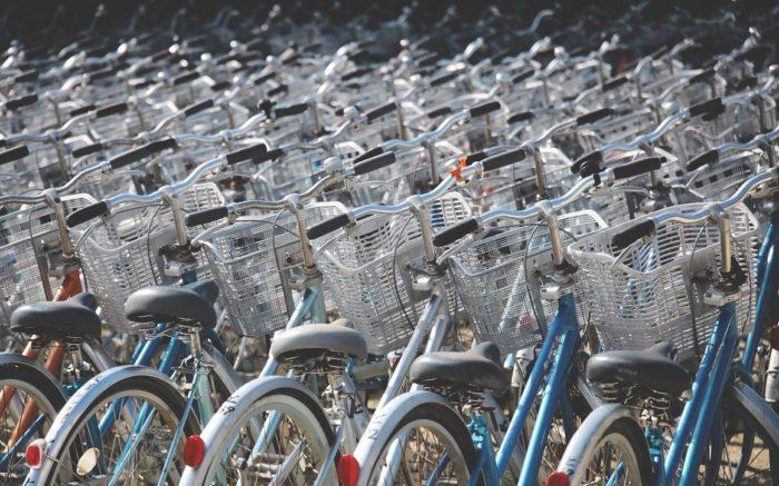 Viele Fahrräder, die so nicht bei Gorillas eingesetzt werden in Reih und Glied