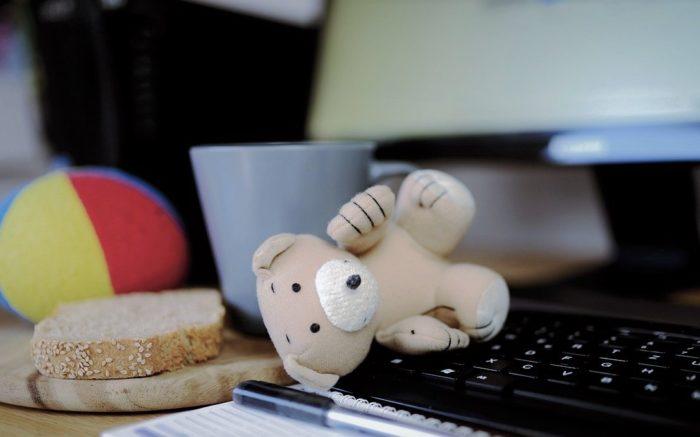Spielzeug und Brote liegen auf der Tastatur des Homeoffice