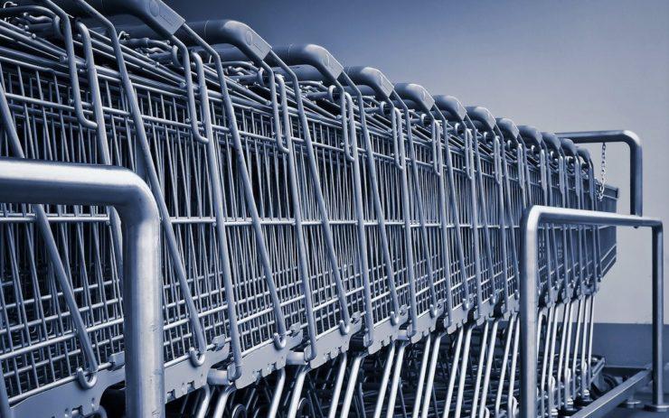 Einkaufswagen stehen in einer Reihe. Sie können zur Inflation-Berechnung dienen