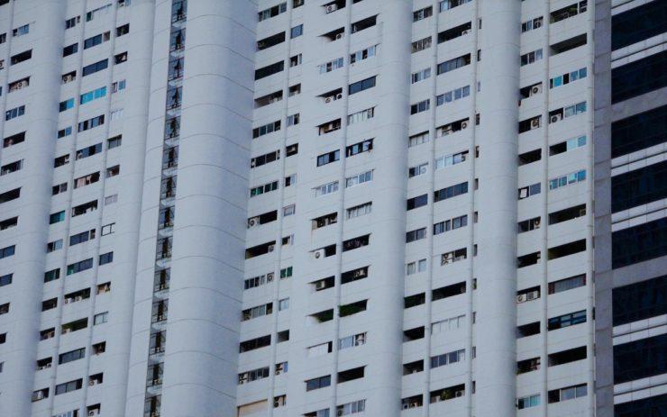 Ein weißer Plattenbau, der für Entspannung auf dem Wohnungsmarkt sorgen könnte