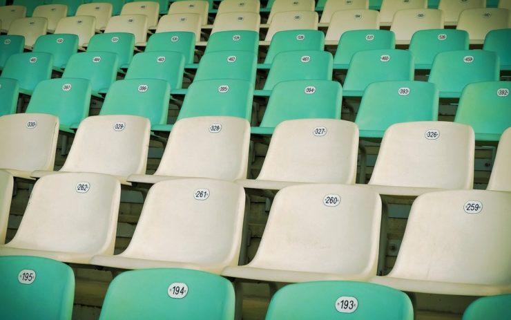 Grüne und beige Sitze in einem Fußballstadion