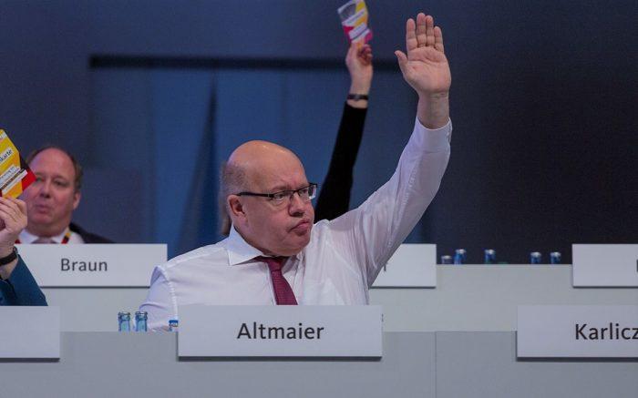 Peter Altmaier hebt auf einem CDU-Parteitag die Hand
