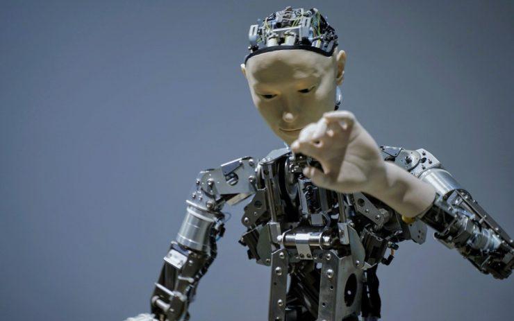 Ein Roboter mit menschlichem Gesicht und Hand