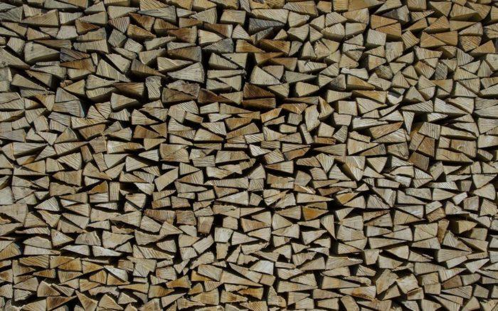 Gesägtes Holz auf einem Stapel