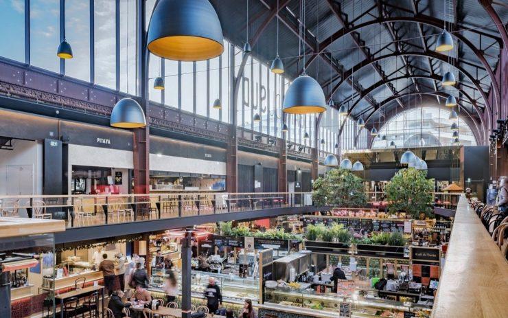 Eine Markthalle mit Essens- und Lebensmittelständen