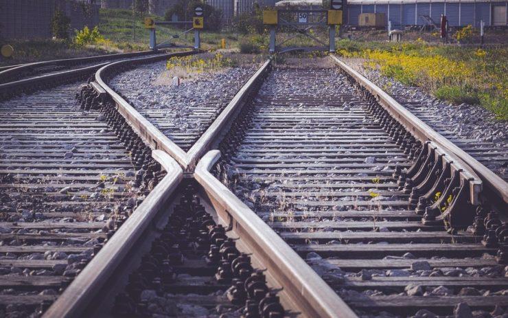 Zwei Gleise mit einer Weiche