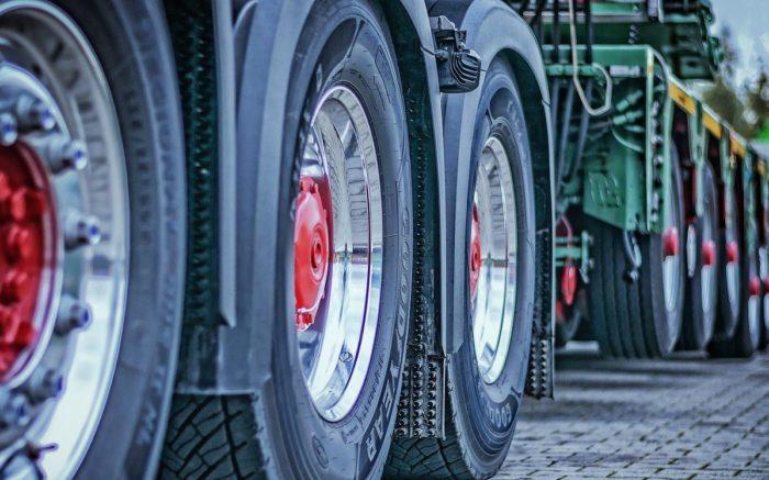 Reifen eines LKWs mit Anhänger