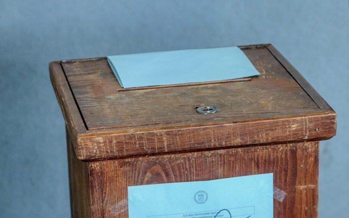 Eine Wahl-Urne aus Holz, die schon viele Schrammen hat