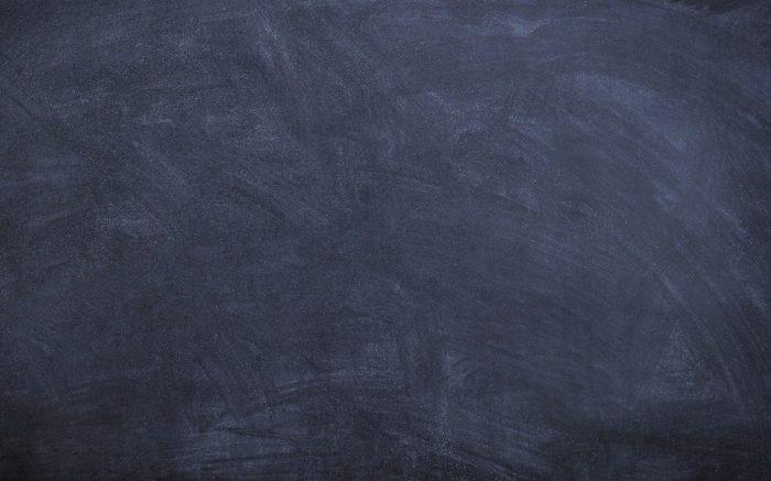 Eine leere schwarze Tafel mit Kreidespuren