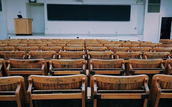 Ein leerer Hörsaal mit Holzstühlen