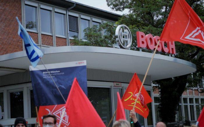 Fahnen der IG Metall und anderer politischen Organisationen wehen vor dem BOSCH Werkstor in München