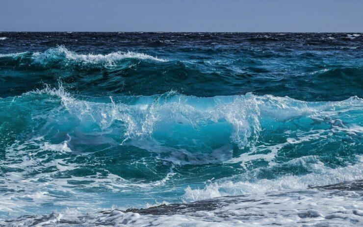 Mächtige Wellen laufen auf einer felsigen Küste auf